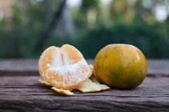 L'arancia su fondo di legno Fotografia Stock