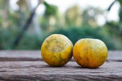 L'arancia su fondo di legno Fotografie Stock Libere da Diritti
