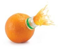L'arancio con il collo e la spremuta della bottiglia spruzza fotografie stock