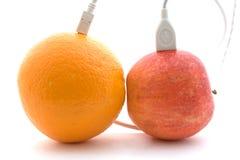 L'arancio e la mela sono connessi 2 Immagine Stock