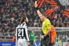 L'arbitro mostra un cartellino giallo fotografie stock libere da diritti