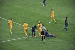 L'arbitro mostra una scheda gialla Fotografia Stock