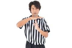 L'arbitro serio che mostra il tempo fuori firma Fotografia Stock
