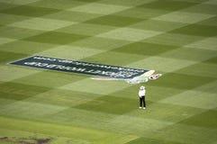 L'arbitro sta da solo nella partita del cricket al MCG Immagini Stock Libere da Diritti