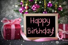L'arbre avec des cadeaux, flocons de neige, Bokeh, textotent le joyeux anniversaire Photographie stock