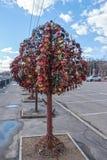 L'arbre avec le mariage verrouillé ferme à clef sur le pont de l'amour Photo stock