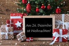 L'arbre coloré avec des flocons de neige, Weihnachten signifie Noël Photographie stock libre de droits