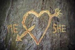 L'arbre de bouleau avec le coeur découpé a croisé par une flèche d'amour Image libre de droits