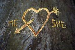 L'arbre de bouleau avec le coeur découpé a croisé par une flèche d'amour Photos stock