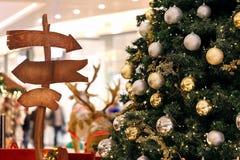 L'arbre de décorations de Noël et contre des lumières a brouillé le fond Photographie stock
