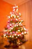 L'arbre de Noël abstrait a formé par les lumières brouillées Images stock
