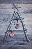 L'arbre de Noël a arrangé des bâtons, les brindilles, bois de flottage sur en bois Images libres de droits