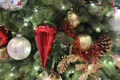 L'arbre de Noël avec des ornements Photographie stock