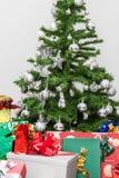 L'arbre de Noël avec des présents Image stock