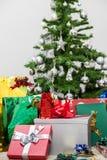 L'arbre de Noël avec des présents Photographie stock libre de droits