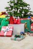 L'arbre de Noël avec des présents Photo stock