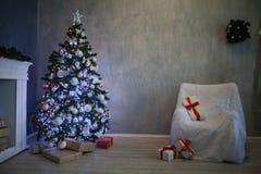 L'arbre de Noël avec des présents, guirlande allume la nouvelle année 2018 2019 Images stock