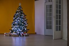 L'arbre de Noël avec des présents, guirlande allume la nouvelle année Photos libres de droits
