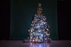 L'arbre de Noël avec des présents, guirlande allume la nouvelle année Photos stock