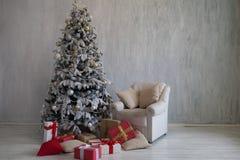 L'arbre de Noël avec des présents, guirlande allume la nouvelle année photo stock
