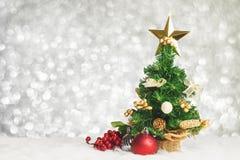 L'arbre de Noël avec la cerise et la boule décorent sur la fourrure blanche avec b Images stock