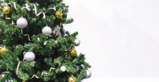l'arbre de Noël décoré avec des cadeaux se ferment sur le fond blanc Arbre de Noël décoré des boules et de la tresse jaunes et bl image stock