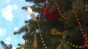 L'arbre de Noël décoré des boules dans le scintillement s'allume banque de vidéos