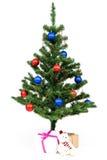 L'arbre de Noël a décoré les boules rouges et bleues Photo libre de droits