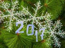 L'arbre de Noël de symbole de soupir des confettis beaucoup colorés, la dentelle et l'étoile rouge jouent sur le backgroun en boi Images libres de droits