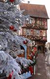L'arbre de Noël devant la maison alsacienne à colombage traditionnelle, Colmar, France images stock