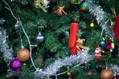 L'arbre de Noël est admirablement décoré des cadeaux photo stock