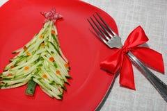 L'arbre de Noël est fait de concombre coupé en tranches et décoré du caviar rouge La conception de nouvelle année des plats Nourr images libres de droits