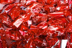 L'arbre de Noël européen de sucrerie de Noël ornemente le sucre de gelée avec du chocolat dans l'aluminium rouge brillant Photo libre de droits