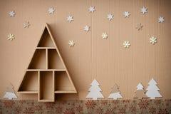 L'arbre de Noël a formé le boîte-cadeau et les décorations, sur le fond de carton images stock