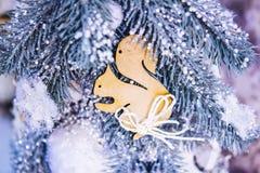L'arbre de Noël joue des décorations et des branches d'arbre couvertes de neige de Noël images libres de droits