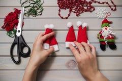 L'arbre de Noël joue fait main Fond en bois Vue supérieure Photographie stock libre de droits