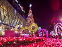L'arbre de Noël le plus grand dans la lumière colorée d'abd de la Thaïlande pour la nouvelle célébration 2016 de Yesr Photo stock