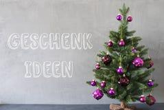 L'arbre de Noël, mur de ciment, Geschenk Ideen signifie des idées de cadeau Images libres de droits