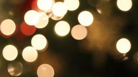 L'arbre de Noël s'allume avec le fond accrochant 1080p de Bokeh d'ornements de flocon de neige banque de vidéos