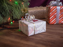 L'arbre de Noël vert décoré des jouets et de la guirlande a mené des lumières Enferme dans une boîte des cadeaux Photo libre de droits