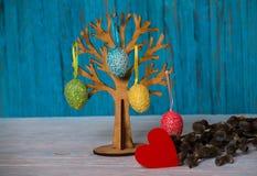 L'arbre de Pâques avec les oeufs colorés est une tradition image stock