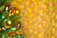 L'arbre de sapin de Noël avec les lumières colorées se ferment vers le haut images libres de droits