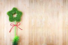 L'arbre en forme d'étoile se repose d'un beau plat en bois Aimez Photographie stock