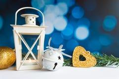 L'arbre et la lanterne de boule de Noël sur le bokeh bleu s'allument Images libres de droits