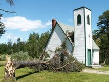 L'arbre tombe sur l'église Photographie stock libre de droits