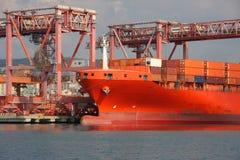 L'arc d'un navire porte-conteneurs a amarré dans le canal calme du port de Gênes photos libres de droits