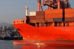 L'arc d'un navire porte-conteneurs a amarré dans le canal calme du port de GenoaT photos stock