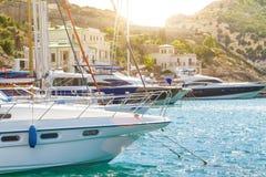L'arc du bateau sur l'eau au pilier, le concept du voyage et des loisirs photo stock