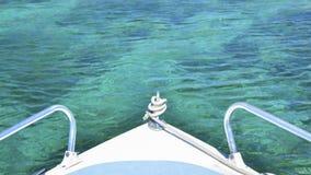 L'arc du bateau sur la mer de turquoise image stock