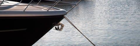 L'arc du yacht en mer ancré photos libres de droits